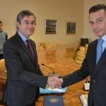 Il Magnifico Rettore dell'Università degli Studi di Trieste Francesco Peroni (sinistra), insieme al Console Onorario della Repubblica del Kazakhstan, Luca Bellinello