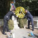 Deposizione di una corona di fiori sulla tomba che accoglie le spoglie di 29 soldati sovietici caduti nella battaglia di Opicina il 2 maggio 1945